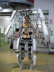 動きを2倍にするリンク機構を用いて開発された、Skeletoncs。人の動きを忠実に再現する。