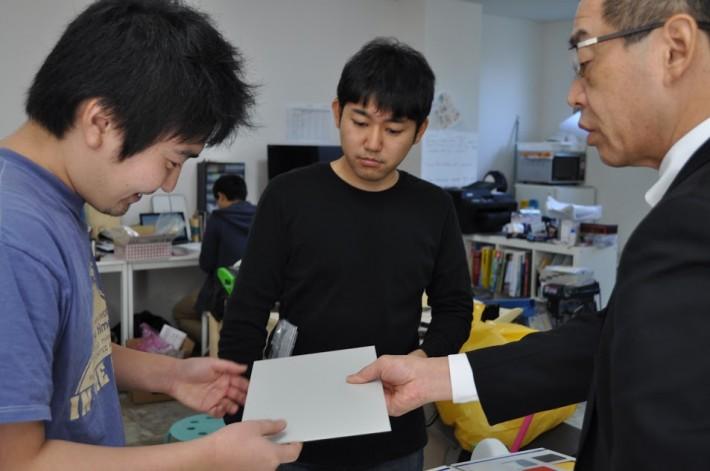左から WHILL の榊 原さん、内藤さん、墨 田加工の鈴木さん